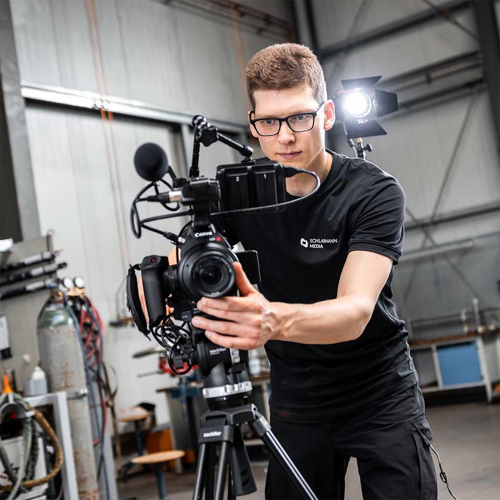 Filmproduktion Kameramann mit Stativ