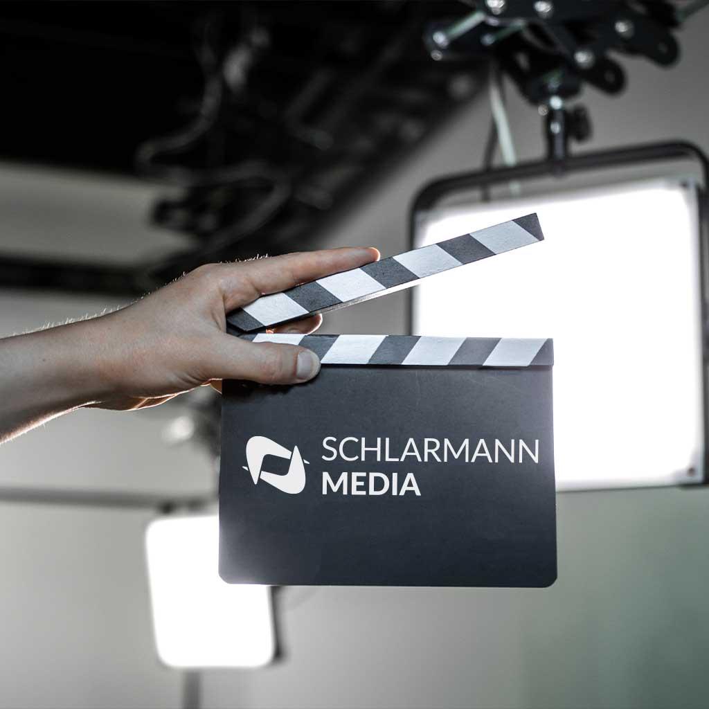 Filmklappe mit SchlarmannMedia Logo